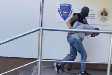 """PRONAĐEN KOKAIN Uhapšeni u akciji """"Argentina"""" sprovedeni u Upravu za organizovani i teški kriminalitet (VIDEO)"""