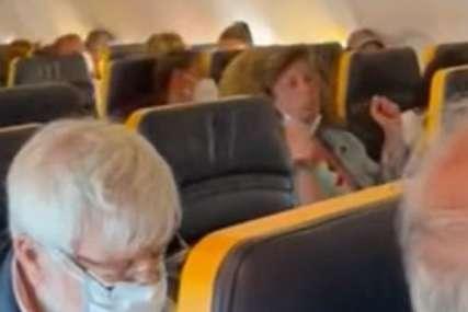 Pljuvala putnike, pa se FIZIČKI OBRAČUNALA sa osobljem: Žena histerisala u avionu odbijajući da stavi masku (VIDEO)