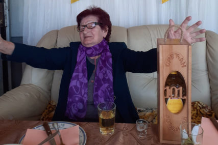 Baka Mara iz Prijedora proslavila 101. rođendan: Popila tri rakijice i nazdravila Đokoviću (FOTO)