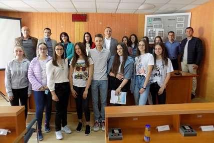 NAGRAĐENI NAJBOLJI MATURANTI Diplome i novac učenicima iz Bratunca
