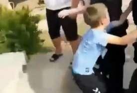 UZNEMIRUJUĆE SCENE Podgorička policija odvodi oca dvoje djece dok mališani VRIŠTE I PLAČU jer neće da idu kod majke