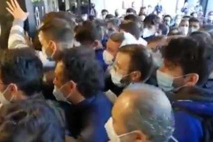 Haos na vakcinaciji u Italiji: Hiljade građana se guralo, policija spriječila opštu tuču (VIDEO)