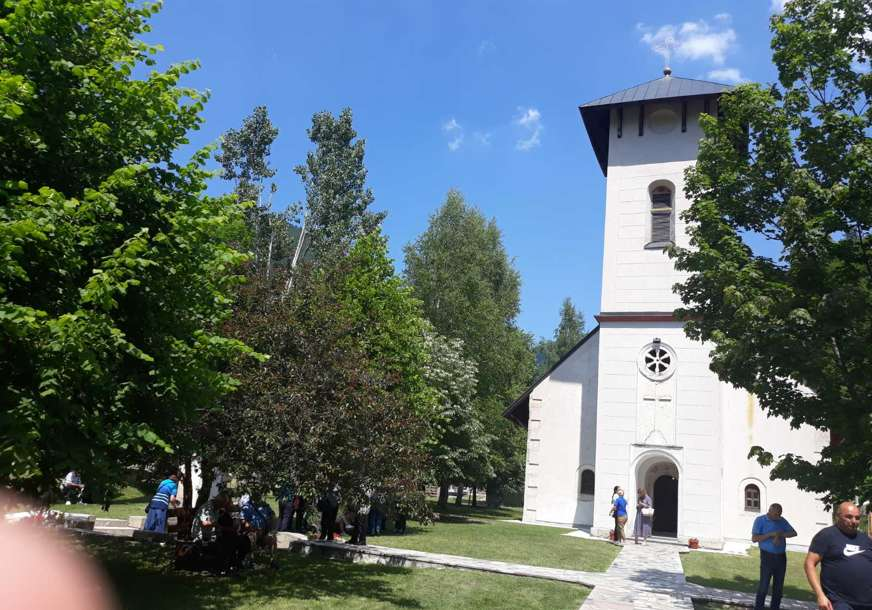 Održan tradicionalni Janjski sabor: U manastiru Glogovac svečano, pod šatorima urnebes (VIDEO, FOTO)