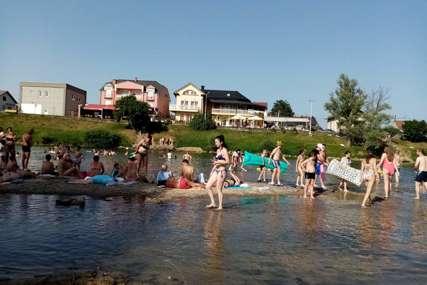 BIJEG OD VISOKIH TEMPERATURA Spas od vrućine Prijedorčani pronašli u rijeci Sani (FOTO)