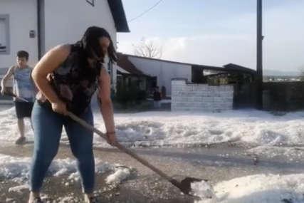 Nevjerovatni prizori iz Hrvatske: Lopatama satima čistili led ispred kuća, uništio prozore i krovove (VIDEO)