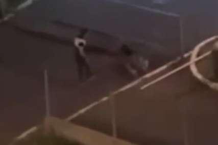 NOVI SNIMAK BRUTALNOG NASILJA Mladić krvnički šutnuo djevojku, pa sjeo u automobil i otišao (VIDEO)