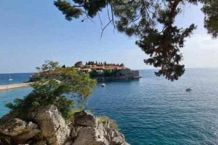 SVETI STEFAN PODIJELIO JAVNOST Jedni slave što su se najljepše plaže u Crnoj Gori vratile narodu, drugi se zgražavaju nad paradajz turistima