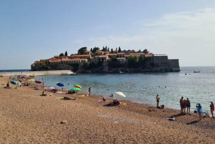 """Ležaljka je na ovoj crnogorskoj plaži do prošle godine bila 120 evra, a sada """"pivo i ćevapi za evro"""" i slobodan ulaz"""