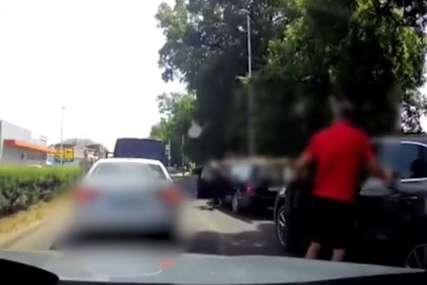 NASILNIK IZ PORŠEA Brutalno napao starijeg čovjeka, šutirao ga, a onda otišao (VIDEO)