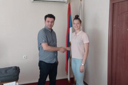 Čestitke i nagrada za ostvaren rezultat: Načelnik opštine Kostajnica organizovao prijem za košarkašicu Anđelu Gligić