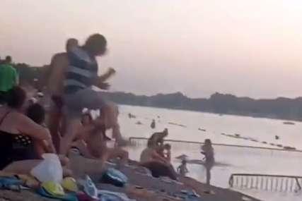 Stravična scena na plaži: Mladić šutnuo djevojku u glavu, tridesetak ljudi sve posmatralo (VIDEO)