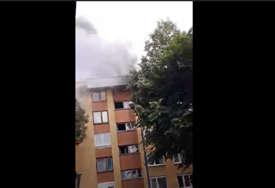 Veliki požar u stanu na posljednjem spratu zgrade u Ilidži (VIDEO)