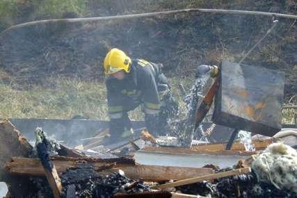Izgorjele vodovodne cijevi: Veliki požar ugašen nakon dva sata borbe sa vatrenom stihijom