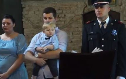 """Složili smo se da je on prava osoba za to"" Vatrogasac Stefan je spasio malog Vuka iz požara, a danas ga je krstio"
