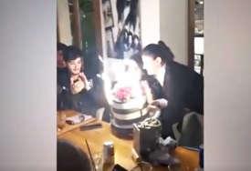 HIT Zapalili su svjećice, a onda je cijela torta počela da GORI (VIDEO)