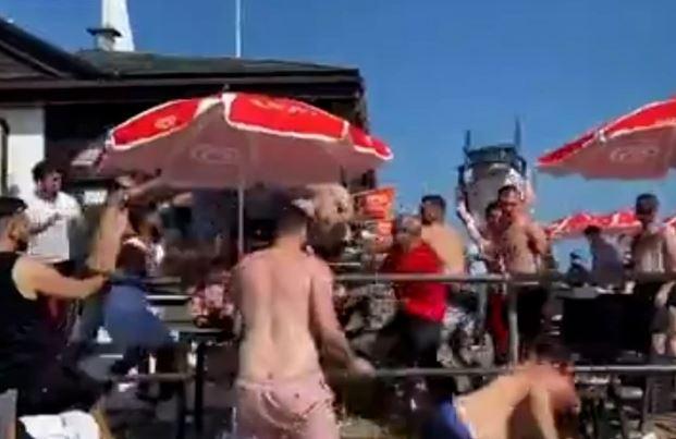 LETJELE LEŽALJKE, STOLOVI, FLAŠE Opšta tuča na plaži šokirala ljude (VIDEO)