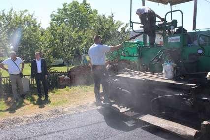 BOLJI USLOVI ZA ŽIVOT Za novi asfalt u izbjegličkom naselju opština Ugljevik izdvojila 50.000 KM