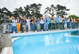 Dobili sezonske ulaznice za gradski bazen: Gradonačelnik uručio nagrade najboljim osnovcima (FOTO)