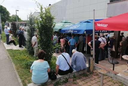 PAO SISTEM Građani više od dva sata čekaju na vakcinaciju, stvorile se velike gužve (FOTO)