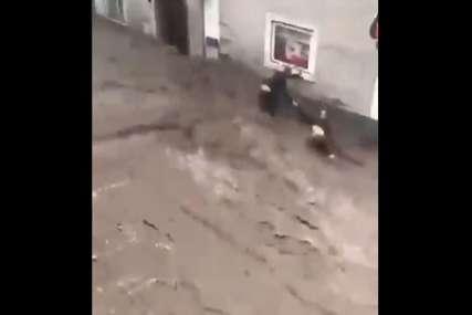 Sokaci se pretvorili u rijeke: Muškarac hrabrim postupkom IZVUKAO KOMŠIJE IZ VODE, spriječio tragičan scenario (VIDEO)