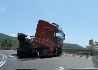 Havarija na putu Široki Brijeg - Posušje: Prevrnula se cisterna sa sonom kiselinom (VIDEO)