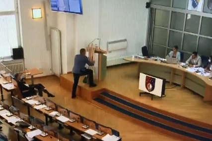 """""""Ovo je poklon vladi, počnite da radite"""" Poslanik donio METLE I LOPATE na sjednicu skupštine Kantona Sarajevo (VIDEO)"""