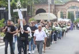 Potresne scene na sahrani dječaka: Bijelo cvijeće za malog Stefana, otac do groba odnio loptu, a oglasile se i brojne sirene s vozila Hitne (FOTO)