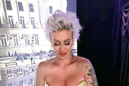 Voditeljka pokazala tetovažu na intimnom dijelu tijela, društvene mreže se usijale (FOTO)