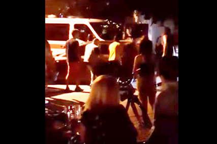 Humani podvig mještana: Pomjerili nepropisno parkirani automobil da prođe vozilo hitne pomoći (VIDEO)