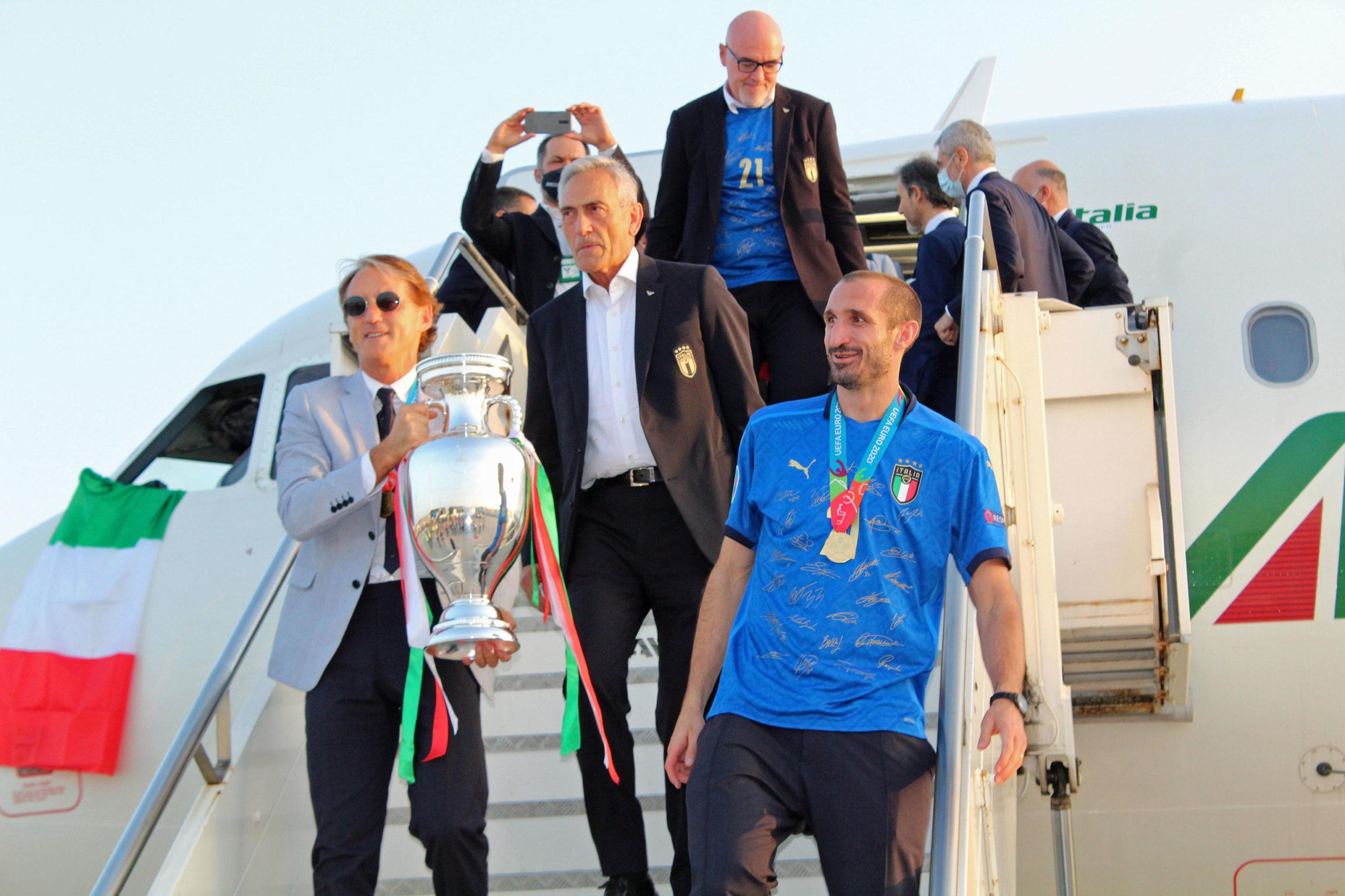 PRST U OKO ENGLEZIMA Italijani stigli u Rim sa peharom šampiona Evrope