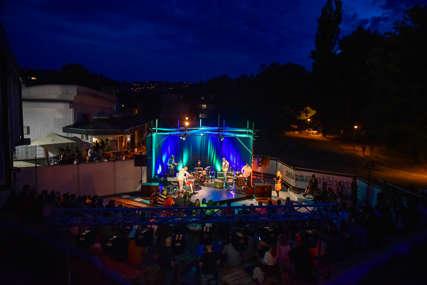U najavi predstave i koncerti: Otvorena ljetna scena Gradskog pozorišta Jazavac (FOTO)