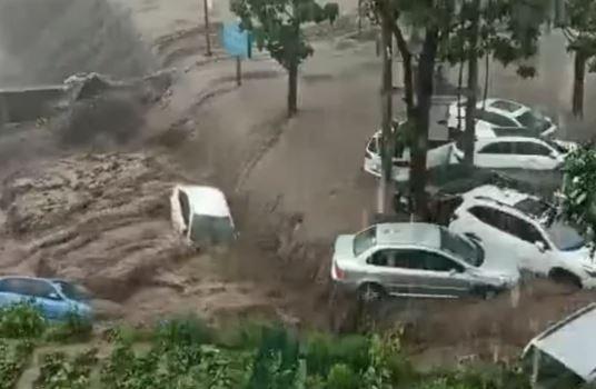 """Broj poginulih u bujicama porastao na 99 """"Ulice su se pretvorile u rijeke, noseći vozila sa puteva"""""""