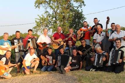 Dugo čekani susret: Muzičari iz desetak potkozarskih sela probudili uspomene (FOTO)
