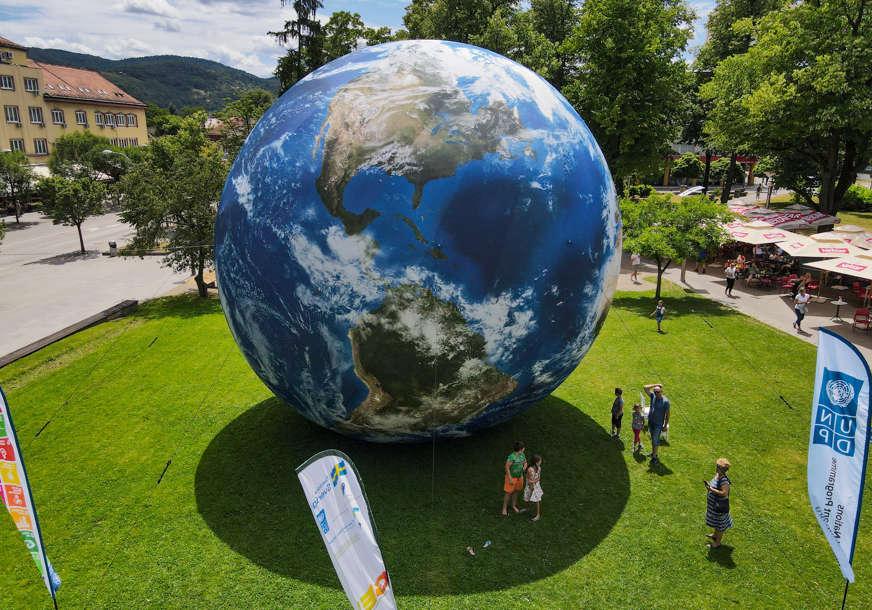 Prvi grad u BiH: U centru Banjaluke izložen 3D model planete Zemlje VISOK 10 METARA