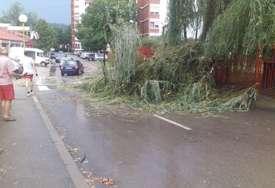 NEVRIJEME U MILIĆIMA Jak vjetar i kiša rušili stabla, iščupali dimnjak i uništili nekoliko automobila (FOTO)