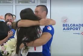KAKVA LJUBAV Vjerenik zlatne Milice Mandić trčao po aerodromu i pao joj u zagrljaj (VIDEO)