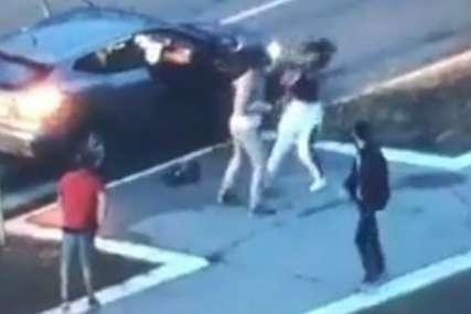 Brutalno pretukao ženu na ulici: Šutirao je, udarao pesnicama u glavu, na kraju je uvukao u auto (VIDEO)