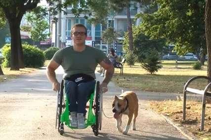 """""""Ne želim da budem nevidljiv"""" Nemanja koristi invalidska kolica, ali to ga nije spriječilo da živi život punih pluća (VIDEO)"""