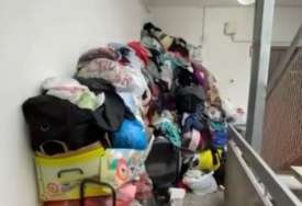 Komšinica napravila haos: Hodnik u zgradi zatrpala smrdljivom odjećom, pojavile se i mušice (VIDEO)