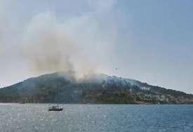 BUKTINJA U DALMACIJI Vatra u turističkom mjestu se približila kućama, gase je dva kanadera i preko 20 vatrogasaca (VIDEO)