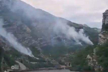 Požar u Jablanici uz magistralni put gasi helikopter Oružanih snaga BiH (VIDEO)