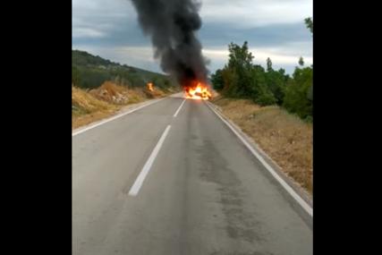 AUTOMOBIL POTPUNO IZGORIO Zbog klizavog puta izgubila kontrolu pa se prevrnula na krov (VIDEO)