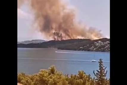 Požar gasi 100 vatrogasaca: Vatrena stihija još nije lokalizovana na hrvatskom ostrvu Čiovo (VIDEO)