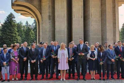 Godišnjica bitke na Kozari: Dodik i Cvijanovićeva položili vijence na memorijalni zid spomenika na Mrakovici