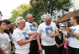 Djed plače u majici sa likom preminulog unuka: Građani drugi dan protestuju zbog pogibije Stefana (9), traže krivičnu odgovornost sudije