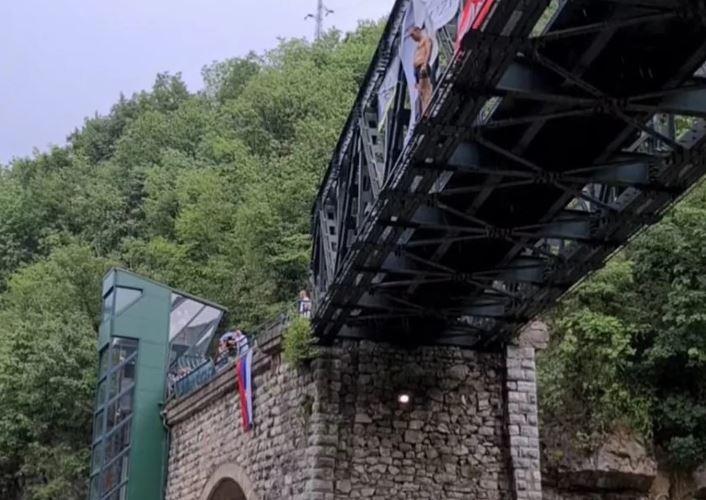 """""""Anđo, udaj se za mene"""" Mladić skočio """"lastu"""" s mosta i uslijedila je scena o kojoj svi pričaju (VIDEO)"""