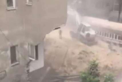 Urušila se zgrada na Vračaru: Stanari evakuisani, otpalo cijelo prizemlje objekta: (VIDEO)
