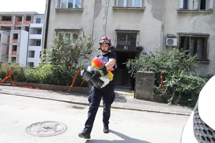 """""""Samo da spasimo slike pokojnog sina"""" Stanari urušene zgrade došli po najvrijednije i najdraže stvari (VIDEO)"""