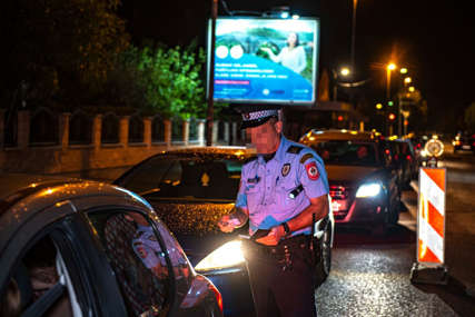 """HAOS U TESLIĆU Policija zaustavila """"golf"""" i na haubi zatekla povrijeđenu osobu"""