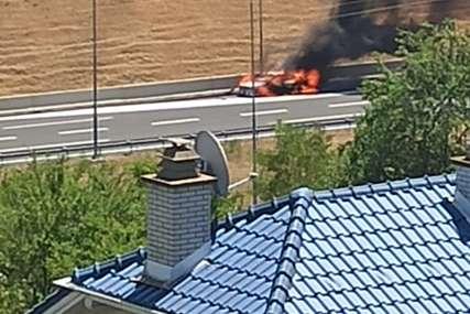 IZBJEGNUTA TRAGEDIJA Auto se zapalio na autoputu kod Banjaluke, majka i djeca se spasili u zadnji čas (FOTO)